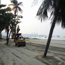 砂浜の拡張工事をしていました