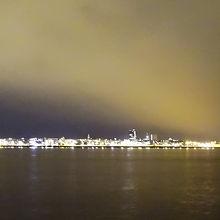 船からダウンタウンの灯りが見えます