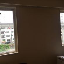 モノレール側なので窓は小さい ほぼ壁