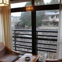 2階の窓から、滝川が見えます