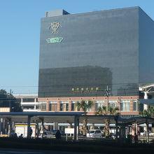 駅ビルの2階にあります。