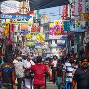 典型的な南アジアの庶民が集まる繁華街