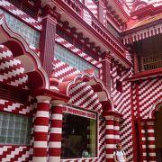 楳図かずおのまことちゃんハウスの様な赤白ストライプモスク