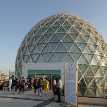 観光客はこの卵形の入場口を入りエスカレーターで地下に下りる