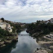 モスタル中心を流れる美しい川です。