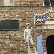 ダビデ像などの彫像があります