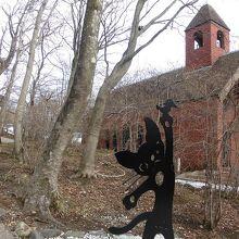 庭にある教会とオブジェ