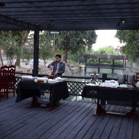 河の上のレストラン、朝は寒い