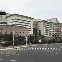 レストランやカジノ、スポーツジムを併設する大きなホテル。