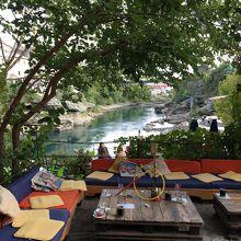 ネレトヴァ川を見ながら水煙草