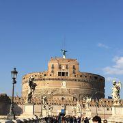 サンタンジェロ橋の彫像越しのサンタンジェロ城がベストかも