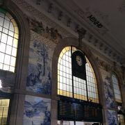 プラハの駅も素敵だったけど、ここポルトの駅もすごい。