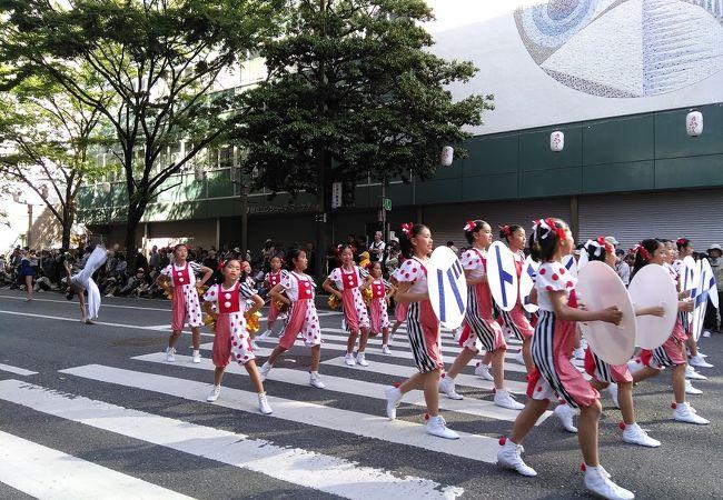 パレードを見ながらお祭り気分を盛り上げる