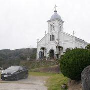 高台に美しくそびえる教会