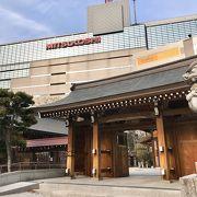福岡の中心!天神のど真ん中にある神社です。