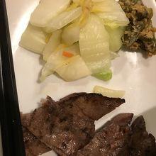 牛タン単品の1番少ない皿 お漬物がたっぷりで美味しかった