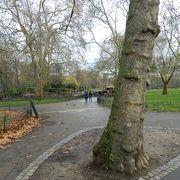 バッキンガム宮殿前の広々とした公園