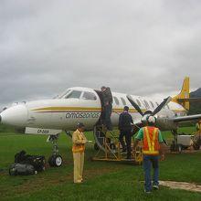 ルレナバケ空港、Amazonas航空のプロペラ機で到着。