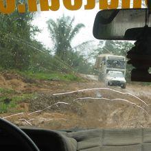 雨上がりで泥だらけのオフロード。4WDでも楽ではありません。