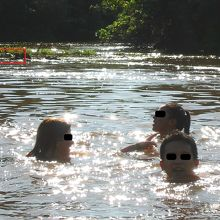 恐怖のワニ(左上の赤枠内)とピラニアがいる川でスイミング。