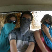 帰りの4WDでは全身埃だらけに、冒険旅行です。