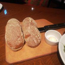 サービスのパン。6人だと2つきたよ。