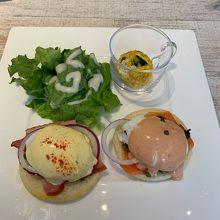 朝食のエッグベネディクト