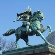 皇居前の余りにも有名な銅像