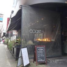 アルバーニストリートに面したコースとレストランの外観