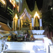 Phra Indra Shrine とグーグルマップに出ています。エラワンと反対側のアマリンの前