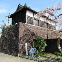 「四足門」の左手石垣上には「太鼓櫓」が移築されています