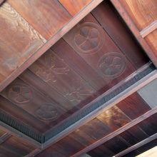 「長囲炉裏の間」の天井など、工夫が見えます