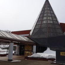 このガラスの三角ピラミッドが目印です。