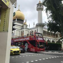 モスクと赤い二階建てバスミスマッチ?