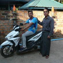 1日チャーターしたバイクと英語で案内してくれた運転手です。