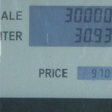 ガソリン代は、30Lで30000チャット。日本円で73円/L