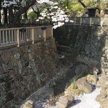 王子駅北口から親水公園入り口です。
