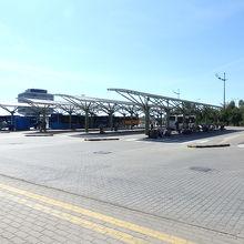 ケレンフォルディ駅前の広大なバスターミナル