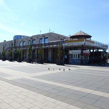 バスターミナルの一角にある建物。券売機や軽食の売り場です。