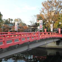 目黒川に架かる橋を渡ると荏原神社です