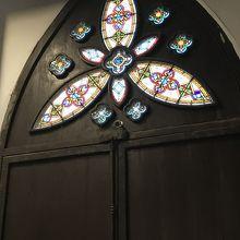後部ステンドグラス〜内部ステンドグラスは他信者が見てるので写