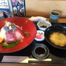 ご飯多めの海鮮丼