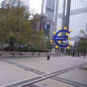 ユーロマークはトラムから至近距離