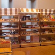 紙の博物館の玄関横に置かれている多種多様な紙製品の展示棚です