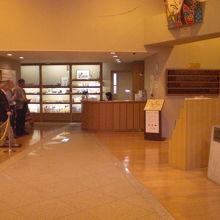 紙の博物館の入口の受付と説明員の方々です。明るい内部です。