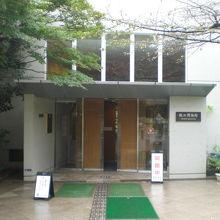 紙の博物館の玄関の様子です。4階建ての立派な建物です。