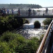 雄大な自然の中の、壮観な滝