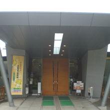 北区飛鳥山博物館の入口です。入口は、東方向に向いています。