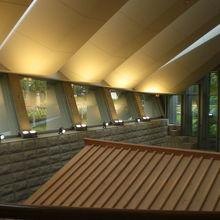 受付階は、2階です。写真右には、復元された倉の屋根が見えます