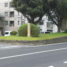 西ヶ原の一里塚は、本郷通りの中央の土手の切れ目にあります。